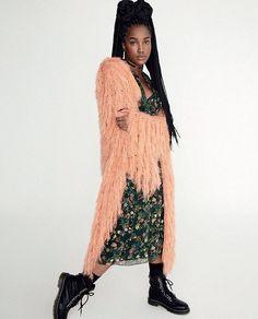 """Diretamente da #glamourdeagosto a cantora @iza exibe um look """"sweet grunge"""" com vestido floral casaco de pelo e coturnos. O sapato é o truque de styling - ele deixa o visual muito cool. E tem mais produções arrasadoras na revista com edição de moda de @ritalazzarotti e cliques de @karinebasilio.  via GLAMOUR BRASIL MAGAZINE OFFICIAL INSTAGRAM - Celebrity  Fashion  Haute Couture  Advertising  Culture  Beauty  Editorial Photography  Magazine Covers  Supermodels  Runway Models"""
