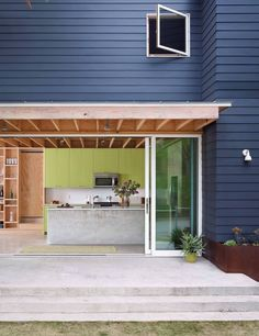 In Austin, Texas, architect Sean Guess forges an inventive industrial kitchen for a cost-conscious couple.