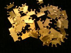 Lindas coroas douradas, pode ser usadas nas colheres de doce de colher, totem ... use como desejar em convites, lembrancinhas...   Ideal para decoração de docinhos e cupcakes, doce de colher, forminhas de doces.   Perfeito para serem usados em trabalhos de scrapbook, toppers, totens, forminhas de doces, tags, tubetes, copinhos, cartões, convites, colherzinhas, latinhas, caixa de acrílico, decoração, enfeites em geral.
