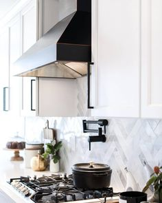 Design by @backrhodesfarmhouse. Photo by @backrhodesphotography. Kitchen Vignettes, Marble Subway Tiles, The Tile Shop, Wall And Floor Tiles, Modern Farmhouse Style, Kitchen Tile, Modern Retro, Carrara, Beautiful Kitchens