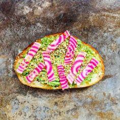 La betterave chioggia permet de jouer avec la couleur naturellement. Coupez-la en lamelles juste salées et déposez sur un avocado toast, délicieux ! D'autres idées succulentes de tartines sur aufeminin.