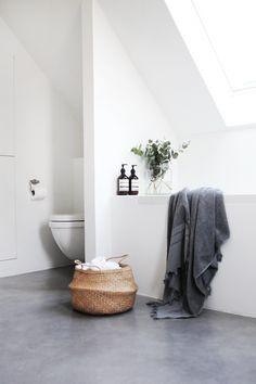 Bathroom - white walls/light grey floor - ChicDecó: | Modern minimalist bathroom with concrete floor #Minimalistbathroom