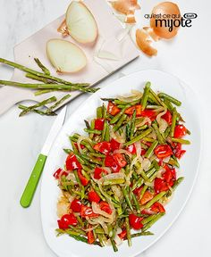 Roasting vegetables is a great way to draw out their natural flavour! Our Roasted Spring Vegetables are easy to prepare, but the best part of this simple side dish is the oven-roasted flavour of this mix of asparagus, onions and peppers. Plat Simple, Fresh Asparagus, Recipe Please, Cooking Instructions, Roasted Red Peppers, Mets, Side Dishes Easy, Healthy Slow Cooker, Side Dishes