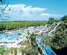 """Dit 5-sterren clubhotel Gural Premier Belek is een in een mooie tuin wijds opgezet hotel, gebouwd in de stijl van """"1001 nachten"""" en direct aan een privéstrand gelegen. Het beschikt over zeer veel faciliteiten voor jong en oud, waaronder 36 tennisbanen, een wellnesscenter, professioneel animatieprogramma en een gigantisch Aquamania waterpark. Het hotel ligt direct aan het strand. Het centrum van Belek ligt op 1 km. Er is een regelmatige dolmus- en taxiverbinding. Officiële categorie *****"""