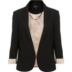 PRENDAS BÁSICAS PARA ESTAR SIEMPRE A LA MODA-es el complemento ideal para cualquier estilo, tanto de día como de noche, para que el blazer o la chaqueta sea combinable con todas las prendas debes evitar los detalles o apliques que llamen la atención, así podrás lucirlo con faldas, vestidos, jeans o pantalones. Es importante que esta prenda básica se ajuste a tu silueta y sea el indicado para tu tipo de cuerpo.