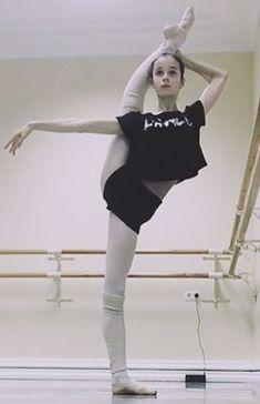 Dance Tips, Dance Poses, Ballet Class, Ballet Dancers, Ballet Body, Ballet Style, Vaganova Ballet Academy, Gymnastics Poses, Ballet Photos