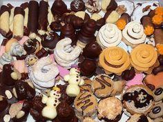 To nejlepší vánoční cukroví podle původních receptů Rettigové, Sandtnerové a našich babiček. Išelské dortíčky, zázvorky, anýzky, kokosové střapáče, šípkové cukroví nebo žloutkové penízky. Christmas Sweets, Christmas Baking, Christmas Holidays, Czech Recipes, Sweet And Salty, Holiday Cookies, Mini Cupcakes, Holiday Recipes, Sweet Tooth