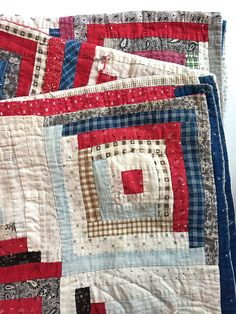 Extraordinary photo - pay a visit to our content article for lots more suggestions! Old Quilts, Antique Quilts, Scrappy Quilts, Small Quilts, Vintage Quilts, Mini Quilts, Log Cabin Quilt Pattern, Log Cabin Quilts, Log Cabins