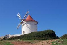Le moulin de Mattéi est situé au Nord-Ouest du Cap Corse, près du petit port de Centuri, au dessus de l'île de la Giraglia. © Christian Morin