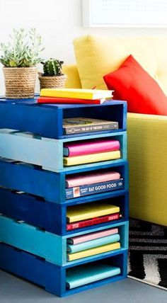 Shelves Pallet DIY Pallet Bookshelf Table In Under an Hour Pallet Crates, Pallet Shelves, Wooden Pallets, Pallet Patio, Pallet Sofa, Pallet Benches, Pallet Cabinet, Pallet Bar, 1001 Pallets
