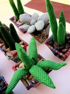 Hace un tiempo hice cactus de tela para vender, ahora quise cambiar un poco las formas, y creo que me quedaron suculentas, se las presento.....