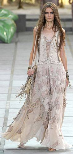 Roberto Cavalli Spring 2011 Ready-to-Wear Fashion Show Boho chic maxi dress with gypsy embellishment Boho Gypsy, Gypsy Style, Hippie Boho, Bohemian Style, Bohemian Jewelry, Hippie Men, Modern Jewelry, Fashion Moda, Boho Fashion
