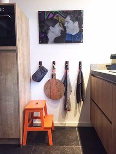 Haken van HKliving in de keuken. Krukje van ikea oranje geverfd.