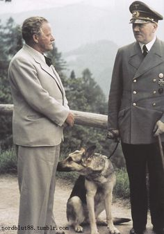 Josef Thorak, Blondie and Adolf Hitler at the Berghof. Josef Thorax fut l'un des sculpteurs officiels du 3e Reich avec Arno Breker. Réalisation de statues pour le stade olympique de Berlin, 2 sculptures monumentale pour l'exposition internationale de Paris en 1937