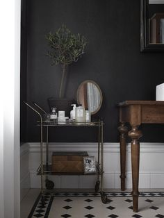 Style and Create - Dark grey walls & lovely deco Decoration Inspiration, Bathroom Inspiration, Interior Inspiration, Decor Ideas, Decoracion Vintage Chic, Dark Grey Walls, Interior Minimalista, Dark Interiors, Home Trends