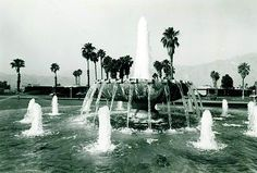 Fuente McCallum, Aeropuerto Internacional de Palm Springs, McCallum Way (hoy Kirk Douglas Way) esq. East Tahquiz Canyon Way, Palm Springs, California, EE.UU. 1966  Arq. Julio de la Peña -   McCallum Fountain, Palm Springs International Airport, McCallum Way (today Kirk Douglas Way) esq East Tahquiz Canyon Way, Palm Springs, California