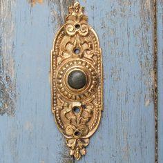 Unique Styles of Vintage Doorbell Button — Jowilfried Tsonga Decor Door Knockers, Door Knobs, Door Handles, Victorian Door, Victorian Homes, Doorbell Cover, Doorbell Button, Door Furniture, Furniture Hardware