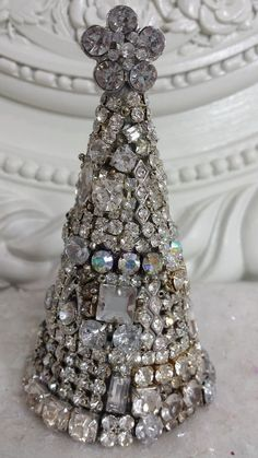 Vintage SOLID  Rhinestones JEWELRY cone shaped CHRISTMAS Tree *~*BEAUTY