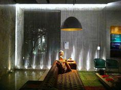 As cortinas de Malha Metálica conquistaram seu espaço na arquitetura e nos projetos de decoração. #cortinamalhametalica #decoraçao #decoração #vivianedinamarco #designdeinteriores