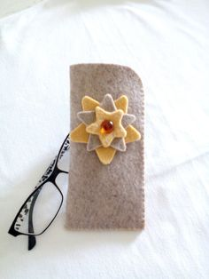 Graceful the glasses door made of felt, with three central stars of alternating color, warm colors and simple style, handmade and finished in point Festoon, Dove and Camel for an object of great usefulness Felt Flowers Patterns, Felt Patterns, Diy Home Crafts, Sewing Crafts, Arts And Crafts, Felt Fabric, Fabric Scraps, Felt Diy, Felt Crafts