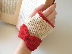 free crochet pattern fingerless gloves with bow. Tutorial aqui: http://dearbitsy.blogspot.com.es/2010/01/fingerless-gloves-with-bow.html ···· ❥Teresa Restegui http://www.pinterest.com/teretegui/❥