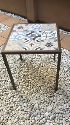 Mosaic Outdoor Table, Outdoor Table Tops, Steel Furniture, Painted Furniture, Diy Furniture, Mesa Retro, Tile Top Tables, Tuile, Tile Projects