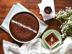 Gâteau végétal ultra-fondant choco-coco { Avec ou sans gluten } pour 6-8 personnes : ► 200 g. farine de riz blanc ►100 g. farine de coco ►1 sachet de poudre à lever ►3 c.s. noix de coco râpée ►60 g. sucre intégral ►1 c.c. pdre de vanille ►300 g. pâte de cacao cru pour moi ►50 cl. de lait végétal (de coco, , d'amande, de riz...) ►5 cl. d'huile d'olive ►100 g. compote de pomme ► 5 c.s. de purée d'amande ou de noix de cajou