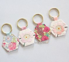 Simple Hexie Keyring Tutorial - Molly and Mama Scrap Fabric Projects, Small Sewing Projects, Fabric Scraps, Hexagon Patchwork, Hexagon Quilt, Key Rings To Make, Diy Keyring, Keychains, Diy Accessoires