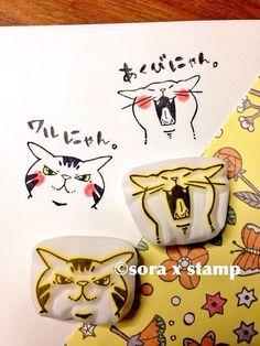 2回目の更新です。前回に引き続き、ニャンフェス販売用はんこを紹介していきます。顔だけの猫ハンコも作ってみました。ちょっと悪そうな表情の猫ハンコと、大きく口を開けてあくびをしている猫の顔はんこです。連続してたくさん捺しても可愛いと思うのでオススメです。猫ハンコを作るってなった時に、絶対作りたいと思ったのが猫トイレのはんこです。これは猫を飼わなかったら絶対作らなかっただろうな...うちはドーム型の猫トイレを使っているので、ハンコにした猫トイレもドーム型。側面にスペースがあるので一言メッセージが書けます^ ^中からチラッと覗いてる猫がポイントです。私の中でかなりお気に入りのハンコになったのですが、ど…