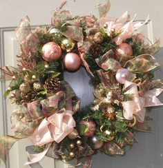 colors! Christmas Rose, Shabby Chic Christmas, Country Christmas, Vintage Christmas, Christmas Crafts, Christmas Decorations, Holiday Decor, Rose Gold Decor, Holiday Wreaths