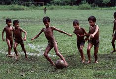 Outdoor game - ❤⚽ The Game of children Steve Mccurry, Body Painting Men, Les Philippines, World Press Photo, Naughty Kids, Beauty Of Boys, Soccer Photography, Kids Around The World, Childhood Days