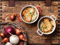 These creamy, hearty soup recipes and stews will help you stay warm during the winter. With everything from vegetable soup and minestrone soup to beef stew, you'll find a recipe for all your cold weather cravings. Hearty Soup Recipes, Onion Soup Recipes, Pasta Recipes, Classic French Onion Soup, Low Carb Recipes, Cooking Recipes, Healthy Recipes, Guisado, Le Diner