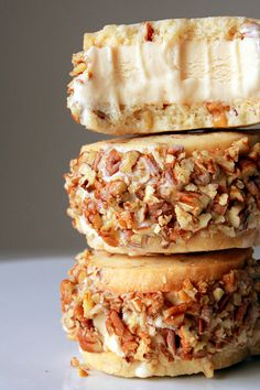 Walnut Shortbread Dulce de Leche Ice Cream Sandwich - Food And Drink For You Ice Cream Desserts, Köstliche Desserts, Frozen Desserts, Ice Cream Recipes, Frozen Treats, Delicious Desserts, Dessert Recipes, Quick Dessert, Slow Cooker Desserts