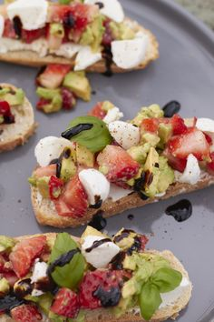 Köstlich sommerliche Schnittchen Schneewittchen: Avocado Erdbeer Caprese! Das Rezept gibt es jetzt bei Tastesheriff!