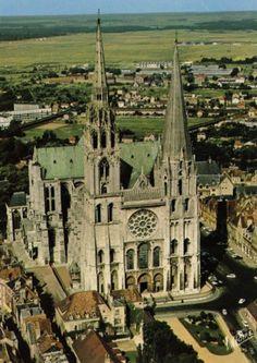 Шартрский собор также известен как Собор Шартрской Богоматери (Cathedral of Our Lady of Chartres). Это римский, средневековый католический собор, который находится во Франции. Большая его часть была построена с 1194 по 1250  Источник: http://www.bugaga.ru/interesting/1146742188-top-10-uvlekatelnye-primery-goticheskoy-arhitektury-v-mire.html#ixzz4SnxIQBuf