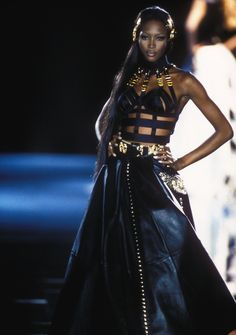 NAOMI CAMPBELL on Versace Couture Runway in Milano, Italia; Gianni Versace F/W 1992