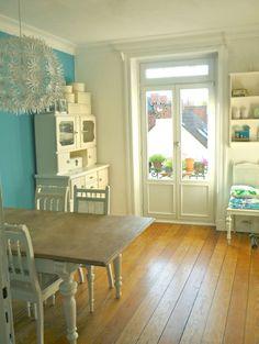 Wandfarbe, Lampe, Buffet und Tisch