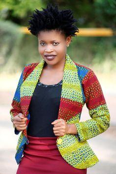 Tissu imprimé africain jaune, rouge et bleu Peut être porté comme un négligemment ou officiellement. Pourrait être la paire de jeans, chinos, shorts, robes et débardeurs. Les manches sont trois quart (3/4) Boutons peuvent varier de l'image d'un Entièrement doublé Un bouton d'ouverture