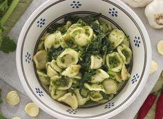 """Le orecchiette con le cime di rapa, chiamate anche """"recchitelle"""" o """"strascinati"""", sono uno dei piatti tipici più rappresentativi della Puglia, in special modo della provincia di Bari."""