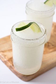 Frozen Lime Margaritas Frozen Margaritas - We all love frozen margarita recipes on a hot summer day! Skip the store-bought mixes and make your own! So much better and absolutely refreshing! If you are looking for frozen margaritas f Frozen Margaritas, Frozen Lemonade, Raspberry Lemonade, Perfect Margarita, Margarita Mix, Margarita Recipes, Grand Marnier, Smoothies, Smoothie Recipes
