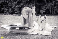 Mädchen, Hund, Chihuahua, Buch, lesen, schwarz weiss, girl reading book, dog