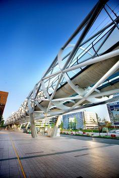 Beatrixkwartier Light Rail Station is a Tubular Space-Frame Viaduct in The Hague Sky Bridge, Pedestrian Bridge, Bridges Architecture, Architecture Design, The Hague Netherlands, Light Rail Station, Bridge Structure, Steel Structure, La Haye