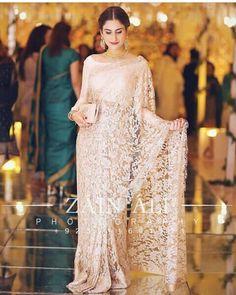Saree Designs Party Wear, Saree Blouse Designs, Saree Wearing Styles, Saree Styles, Indian Bridal Sarees, Pakistani Dresses, Party Wear Dresses, Bridal Dresses, Floral Print Sarees