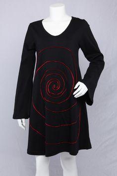 Sort A-kjole med lange ærmer og rød spiral.