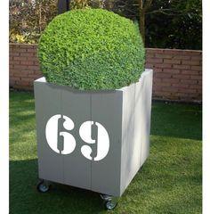 Grijze plantenbak met huisnummer