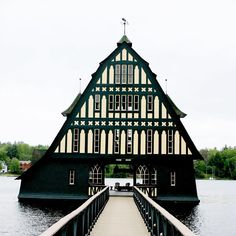 Slightly obsessed with this historic New England boathouse ⚓️!