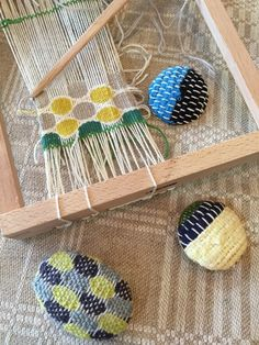 募集開始です! スウェーデンで出会った 小さなかわいい織り機を使って 自分で織った生地で オリジナルのブローチを作ります。 今回は ホール... Weaving Yarn, Tapestry Weaving, Diy And Crafts, Arts And Crafts, Sewing Art, Tear, Woven Wall Hanging, Weaving Patterns, Fabric Jewelry