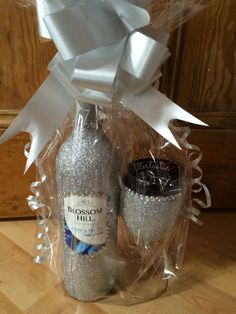 Glitter And Gold Dyi Wine Bottles, Wine Bottle Art, Glitter Wine Glasses, Glitter Mason Jars, Glitter Bottles, Glitter Cups, Diy Party Gifts, Diy Food Gifts, Decorated Liquor Bottles
