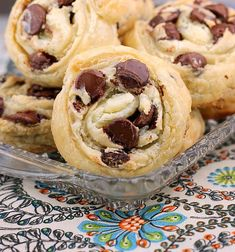 Chocolate Chip Cream Cheese Puff Pastry Cookies are delicious and easy to make! It takes no time at all to make and enjoy these puff pastry treats. Could substitute fruits or nuts for the chocolate chips for variety. Puff Pastry Desserts, Puff Pastry Recipes, Köstliche Desserts, Cookie Recipes, Delicious Desserts, Dessert Recipes, Delicious Cookies, Puff Pastries, Plated Desserts