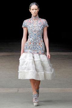 В 2011 году в рамках коллекции Alexander McQueen осень-зима 2011/2012 Сара Бертон представила платья с корсетами из фарфоровых осколков